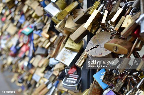 love locks, paris - radicella stock pictures, royalty-free photos & images