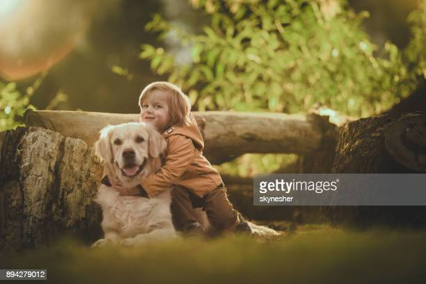 j'adore mon chien beaucoup! - golden retriever photos et images de collection