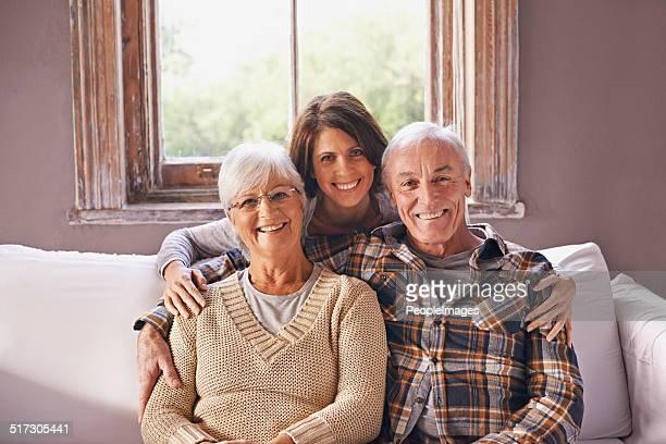me encanta mi los padres. - pareja hombre mayor y mujer joven fotografías e imágenes de stock