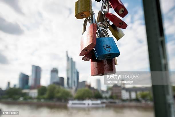 Liebe Vorhängeschlösser auf der Eiserner Steg in Frankfurt
