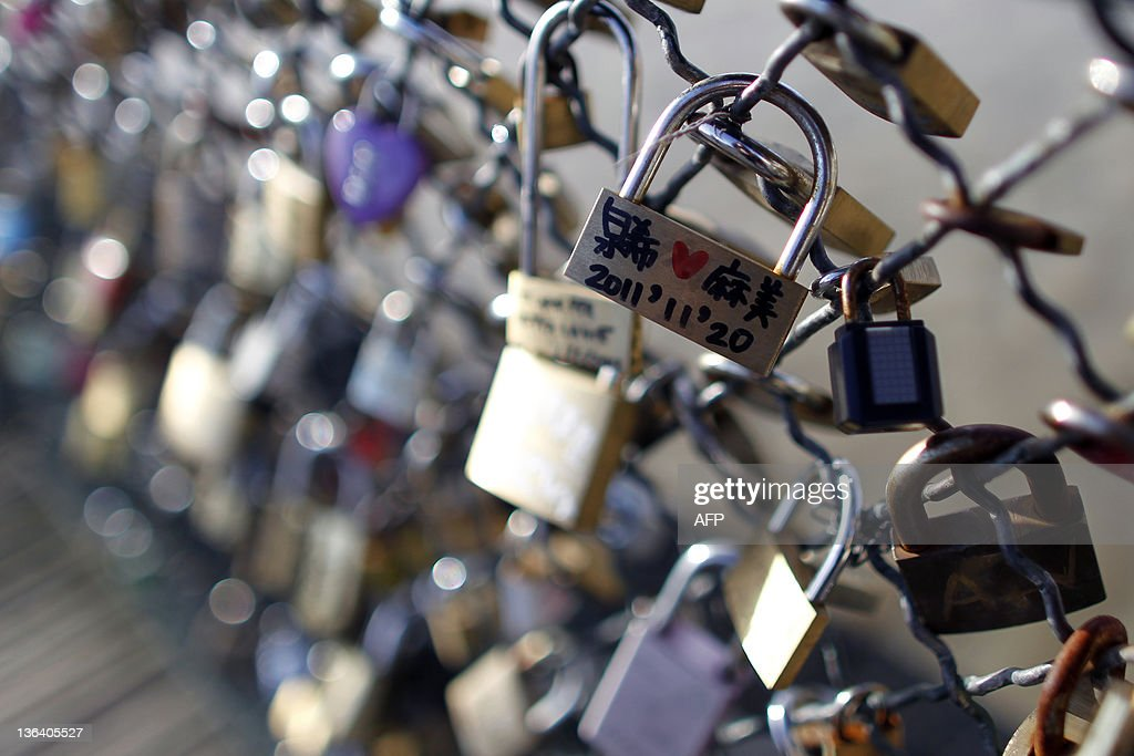 Love padlocks attached to a fence by lov : News Photo