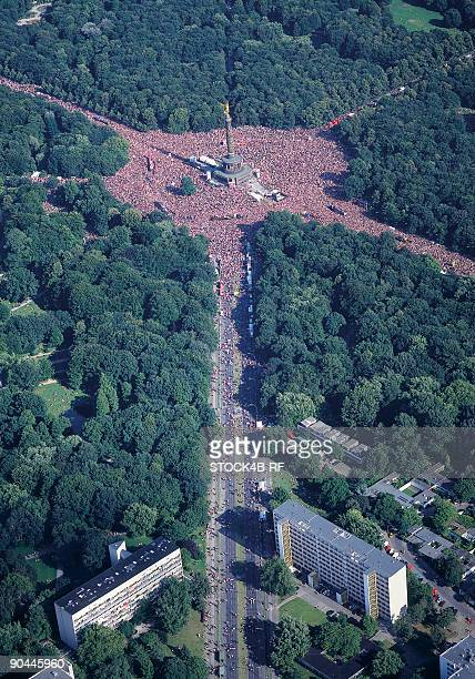 love parade at the victory column, berlin, germany - love parade foto e immagini stock
