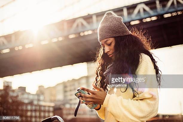 i love shopping from my phone - street style new york stock pictures, royalty-free photos & images