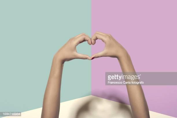 love sign - gesticular imagens e fotografias de stock