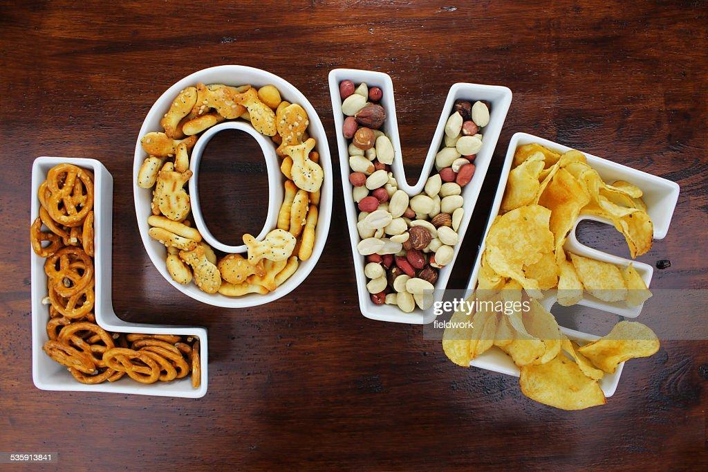 Amor uma refeição ligeira uma refeição ligeira por carta de amor taças de madeira escura : Foto de stock