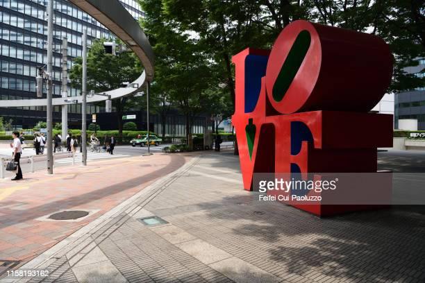 love statue at nishi-shinjuku, tokyo, japan - nishi shinjuku stock-fotos und bilder