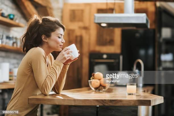 ¡me encanta el olor del café! - olores agradables fotografías e imágenes de stock