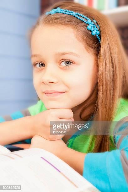 Liebe zu lesen! Süßes kleines Mädchen ist Lesen in der Schule.