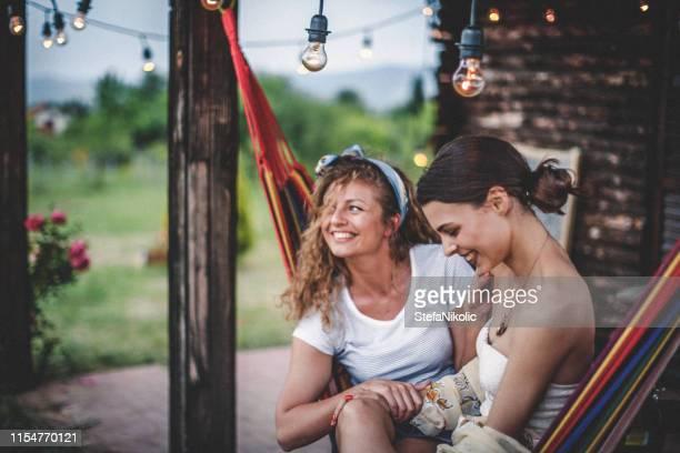 een liefde om tijd met u door te brengen - lesbische stockfoto's en -beelden