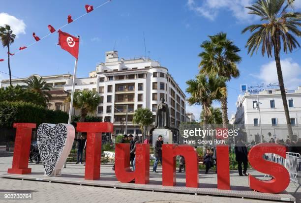 """""""i love tunis"""" slogan in capital letters in front of saint-vincent-de-paul cathedral - drapeau tunisien photos et images de collection"""