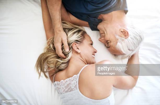 liefde - je moet voelen om te weten wat het is - ouder volwassenen koppel stockfoto's en -beelden
