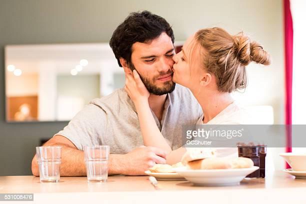 Amour vous de miel ! Vieux couple à la maison.