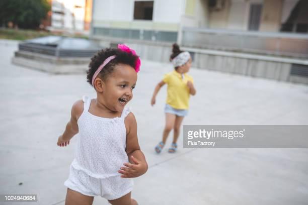 niños alegres encantadores de correr al aire libre - kids playing tag fotografías e imágenes de stock