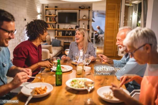 pessoas alegres adoráveis jantando juntos - idade variada - fotografias e filmes do acervo