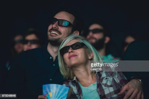Beau couple au cinéma et projection de film 3d