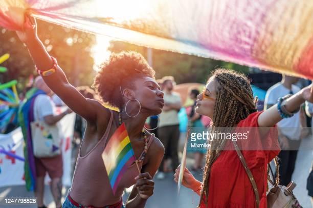 encantadora pareja bailando en el desfile del orgullo - carnaval evento de celebración fotografías e imágenes de stock