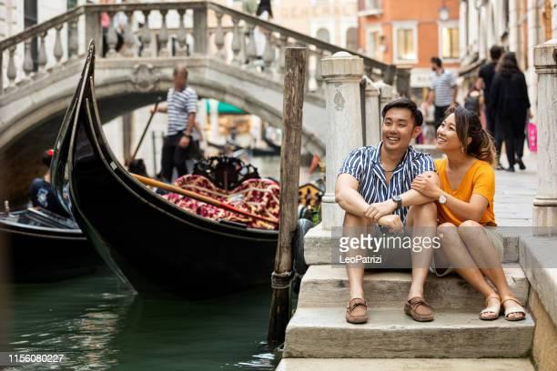 lovely couple in venice honeymoon - turista foto e immagini stock