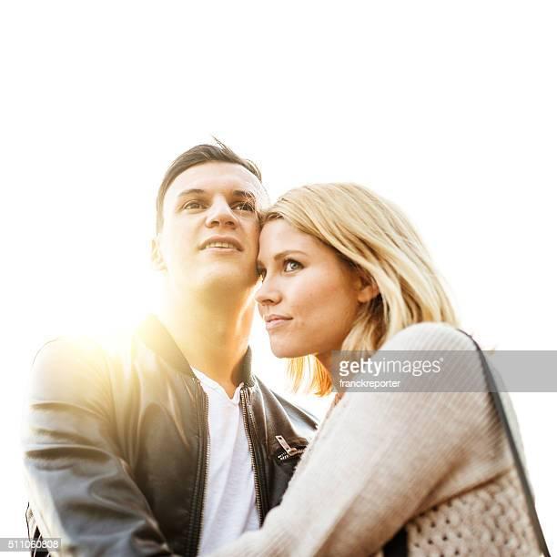 Beau couple isolé au crépuscule