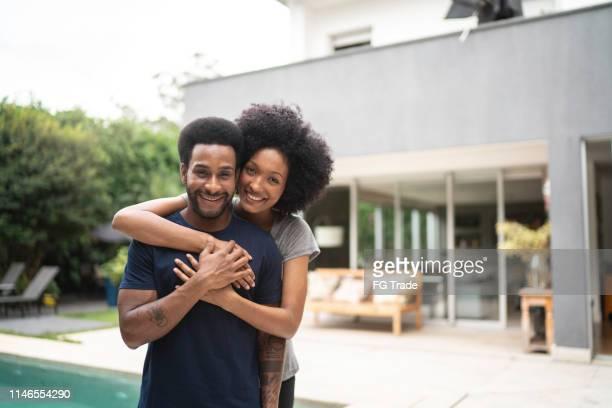 pares encantadores que sorriem ao ar livre pela associação - abundância - fotografias e filmes do acervo