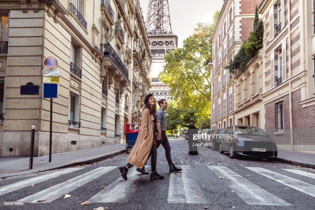 Mooie paar enkele dagen doorbrengen in vakantie naar Parijs : Stockfoto