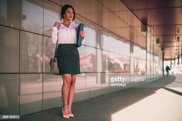 Schöne Abendgarderobe Geschäftsfrau nach Hause nach der Arbeit