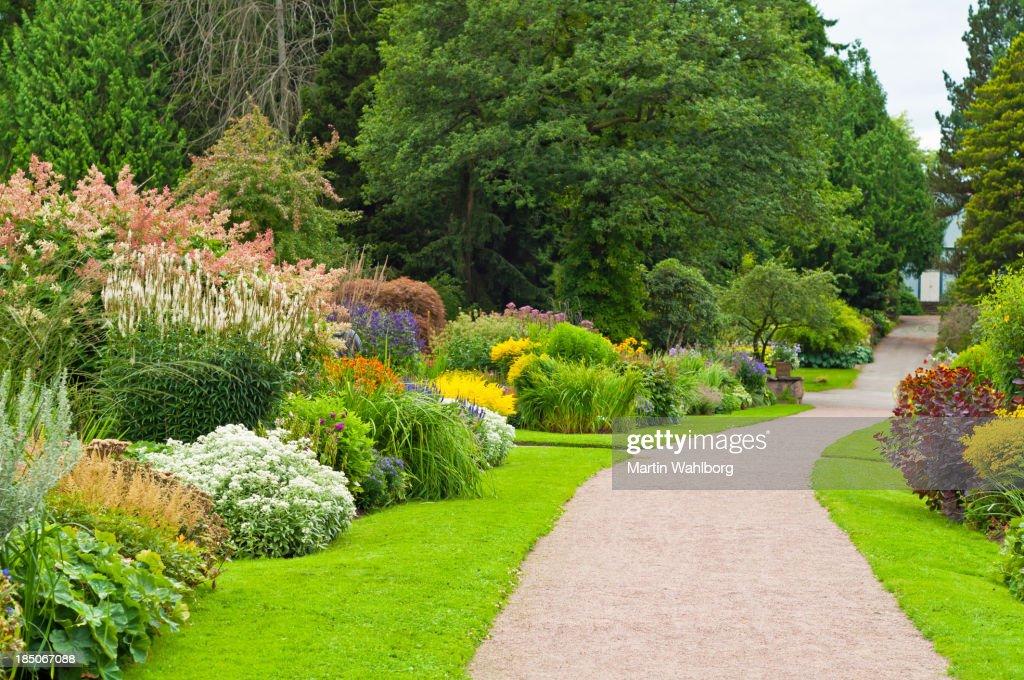 Encantador jardín con camino. : Foto de stock