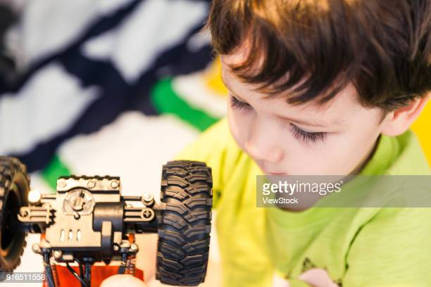 lovely little boy - accompagnement photos et images de collection