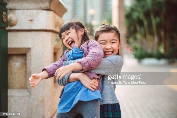 lovely little sibling playing joyfully in promenade - tvåbarnsfamilj bildbanksfoton och bilder