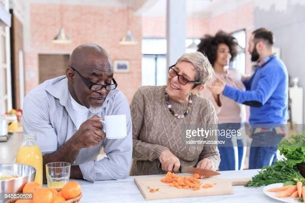 Mooie mutli generatie familie samen koken