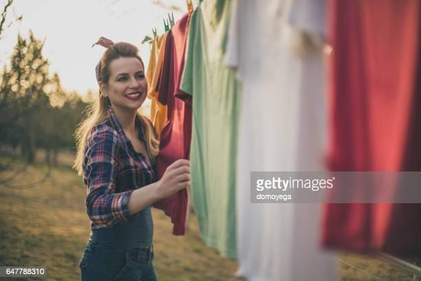 schöne pin-up-girl spaß mit hausarbeit - hängen stock-fotos und bilder