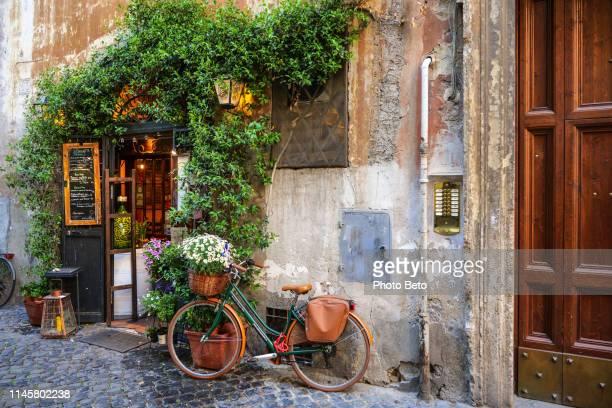 rome-trastevere-restaurante típico - roma fotografías e imágenes de stock