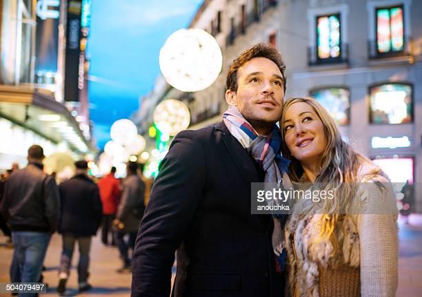 Encantadora pareja disfrutando de Navidad español en Madrid