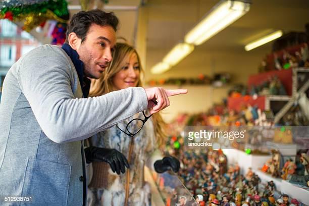 Encantadora pareja español de visita en mercado navideño en Madrid