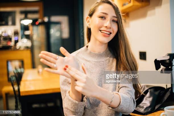belle femme montrant un signe - gestes photos et images de collection