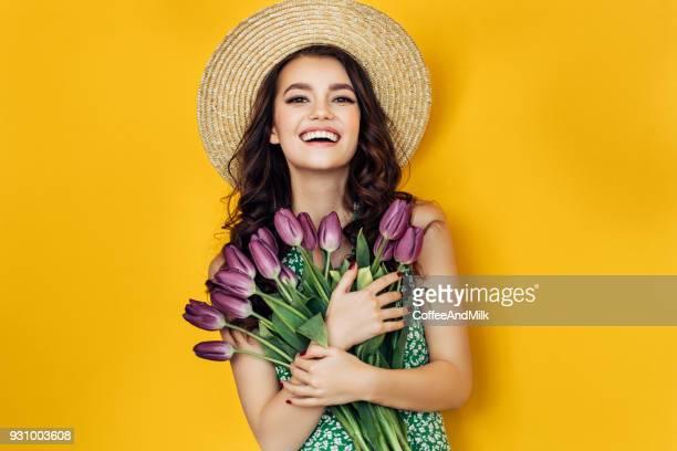 Schöne Frau mit gelben Tulpen Bündel