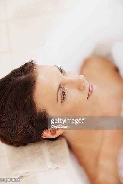 encantadora mujer joven relajante en la bañera - piel bonita mujer desnuda tumbada fotografías e imágenes de stock