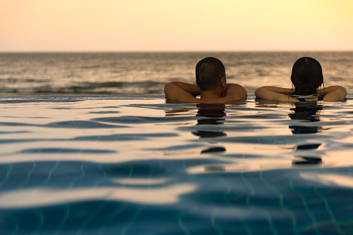 Lovers in the Pool by the sea. - gettyimageskorea