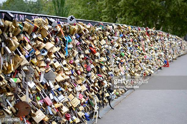 lovers locks paris - radicella stock pictures, royalty-free photos & images