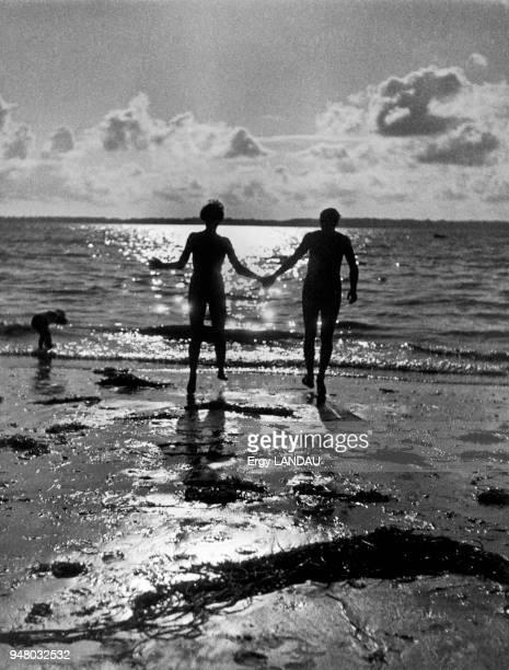 Lovers on the beach Amoureux sur la plage
