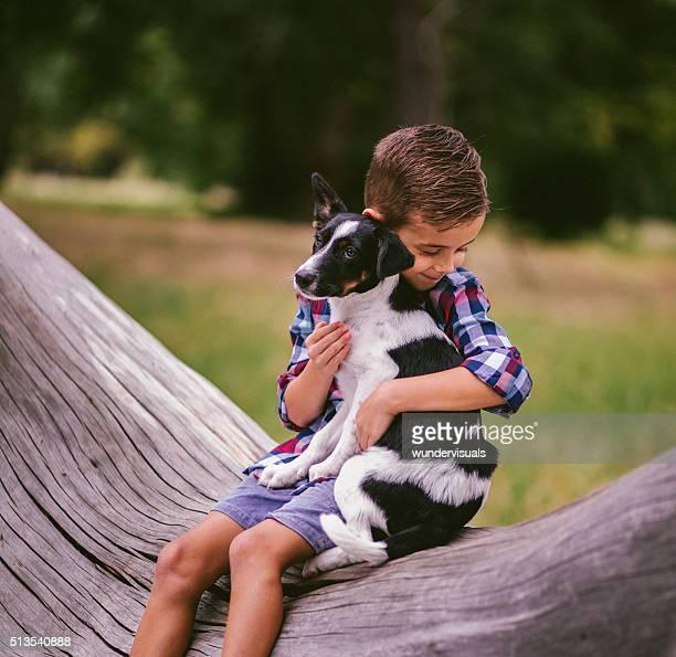 Liebevolle junge umarmen seine Freundin einen Hund Welpen Hund