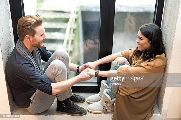 couple amoureux près de la fenêtre.
