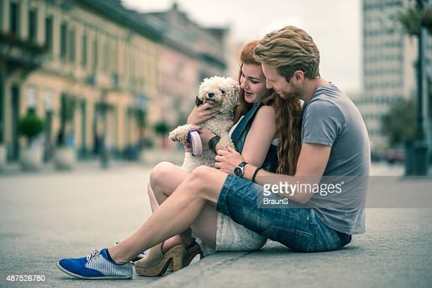 Liebespaar Genießen Sie auf der Straße mit seinem Hund.