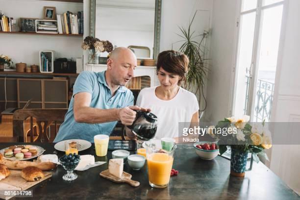 couple d'amoureux prenant son petit déjeuner