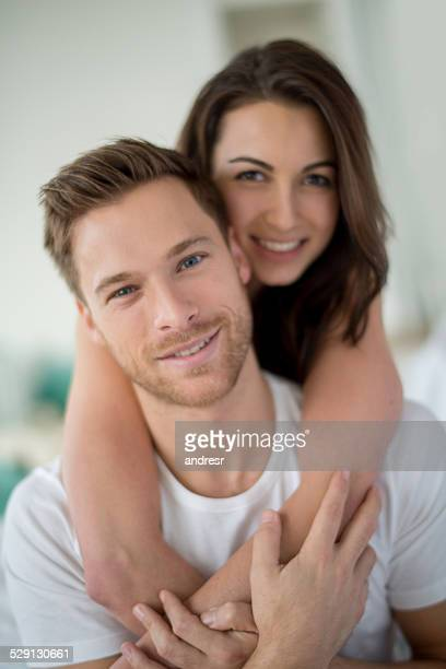 couple amoureux embrassant - couple au lit photos et images de collection