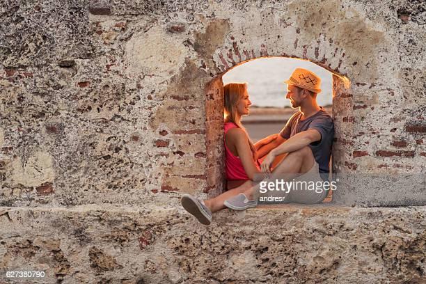 loving couple in cartagena - cartagena colombia fotografías e imágenes de stock