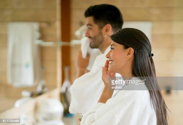 Verliefde paar in de badkamer na hun ochtend routine