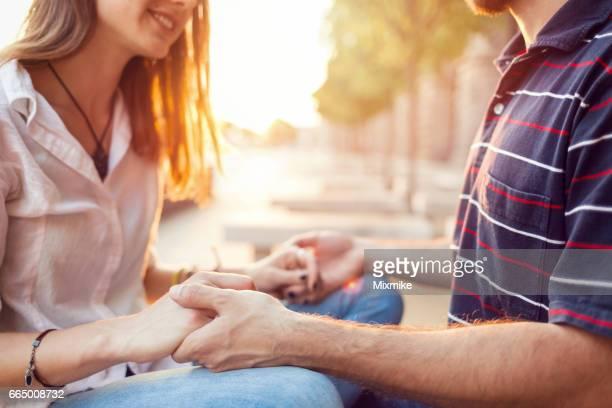 市では、日没で愛するカップル
