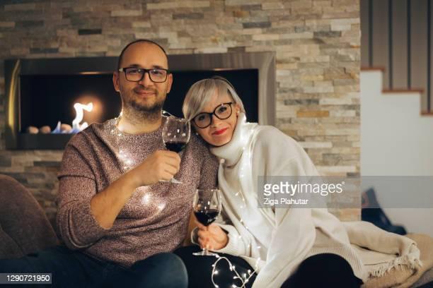 大晦日にワインを飲みながらソファでリラックスする愛するカップル - 30 39 years ストックフォトと画像