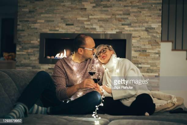 het houden van paar samen op oudejaarsavond - 30 39 years stockfoto's en -beelden