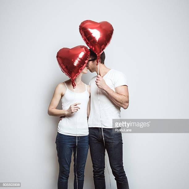 Foto de una pareja con globos de San Valentín